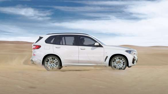 Driving mode xSand BMW X5 G05 2018 Mineral White metallic side view driving on sand